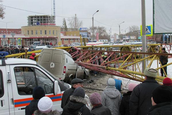 В Омске рухнувший на машину кран убил ребенка