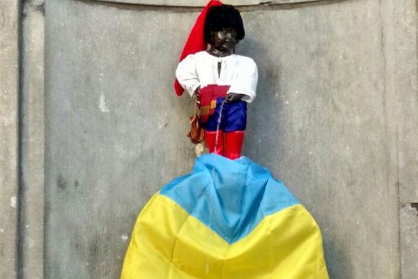 «Писающему мальчику» вБрюсселе подстелили флаг Украины