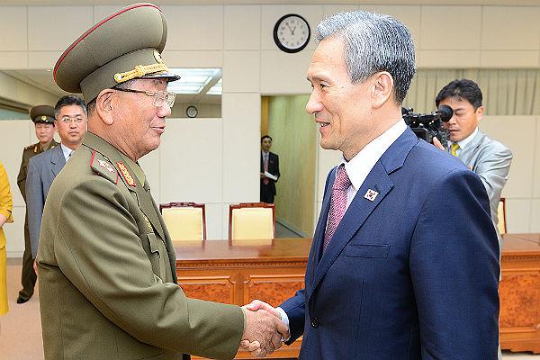 Японский премьер просит КНР остановить экспорт нефти вКНДР