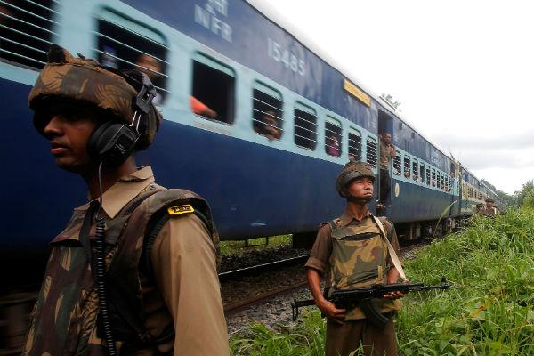 Происшествие наюге Индии: срельсов сошли 12 вагонов пассажирского экспресса