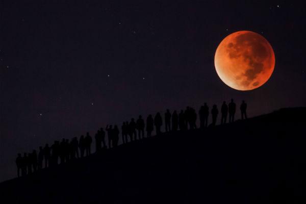 Вначале рабочей недели граждане Земли смогут наблюдать рекордное суперлуние