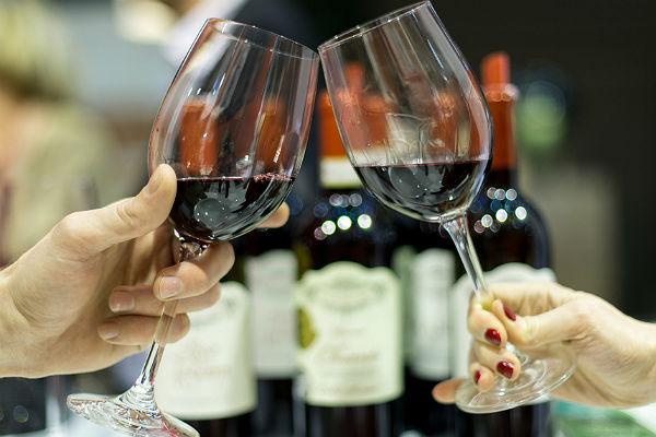 Ученые: Два бокала вина в день помогают женщинам похудеть