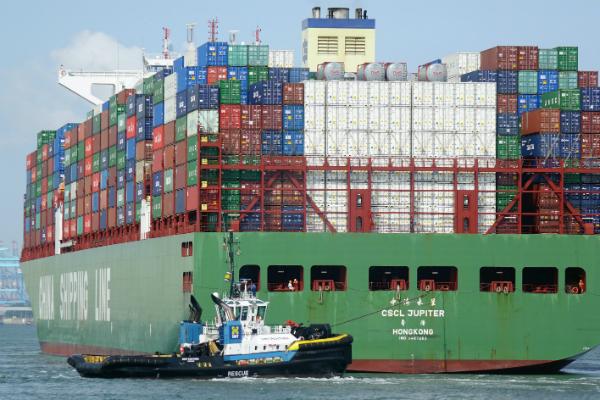 Порт Антверпена заблокировало севшее намель судно