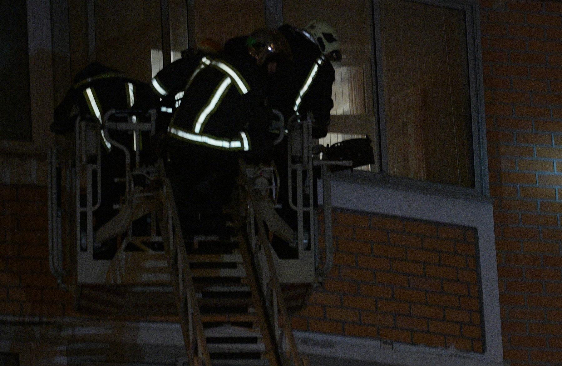 10 человек эвакуировали испасли изгорящего дома вМоскве