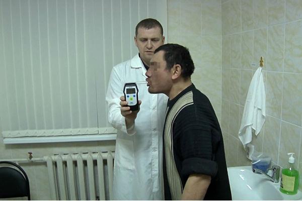 1-ый гость вытрезвителя вЧелябинске сломал алкотестер дыханием