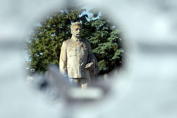Неменее 60% граждан Российской Федерации поддерживают установку памятных знаков озаслугах Сталина