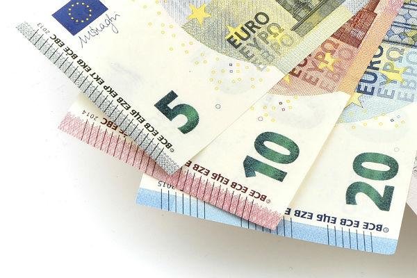 Доллар опустился ниже 56 руб.