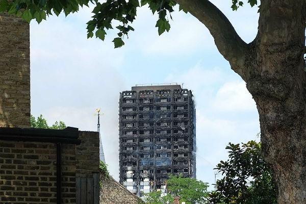 Милиция  Лондона оценила число погибших  пожара ввысотке в79 человек