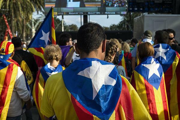 ВБарселоне подрались сторонники ипротивники независимости Каталонии