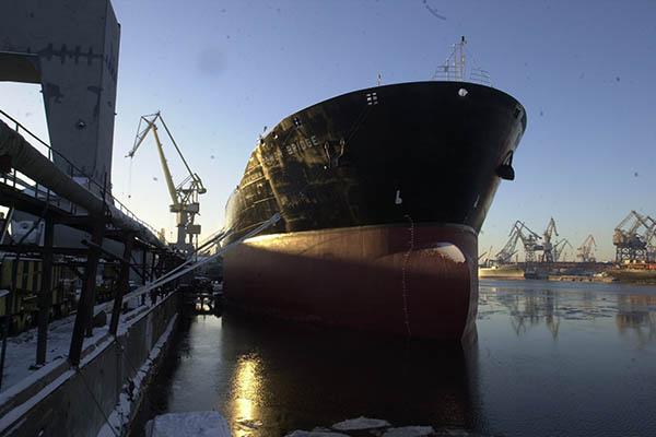 Экипаж горящего танкера доставят вАстрахань натеплоходе