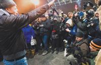 15 декабря, Москва. Площадь Европы у ТЦ «Европейский». Левон Арзуманян играет роль русского нациста. 11-го числа он же был замечен на Манежной площади рядом с лидером разбушевавшихся фанатов. Фото Ивана Афанасьева