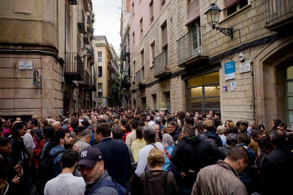 Милиция Испании выломала дверь участка, где собирался голосовать руководитель Каталонии