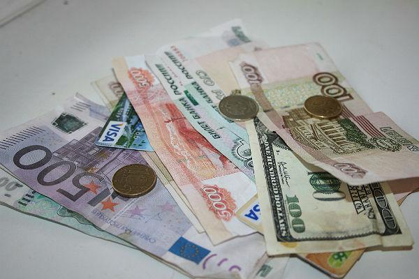 Курс евро превысил 72 рубля впервый раз савгуста 2017г.