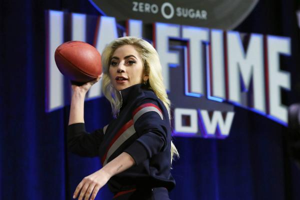 Леди Гага устроила удивительное шоу с огнем иполётами наSuper Bowl