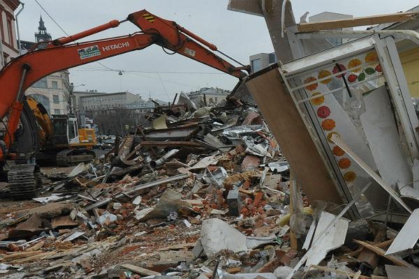 В столице России вподземном переходе напрохожего упал кусок штукатурки