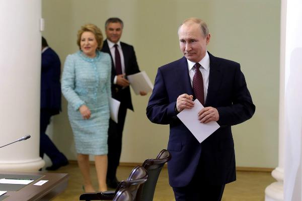 Путин оказался бессилен разобрать собственный почерк