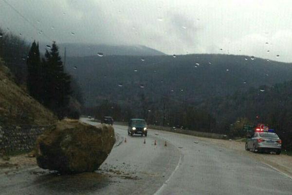 Участок дороги Севастополь-Ялта закроют из-за обвала каменной глыбы
