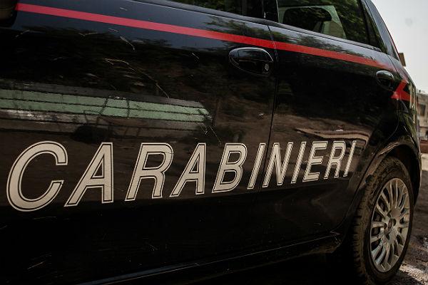 Мебелью в прохожих кидается запершийся в квартире итальянец