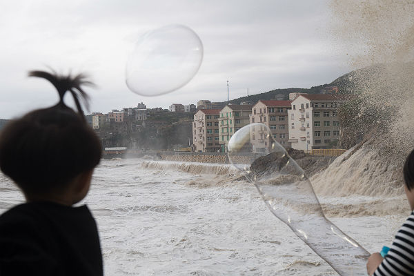 Двадцатый загод тайфун обвалился  напровинцию Гуандун в КНР