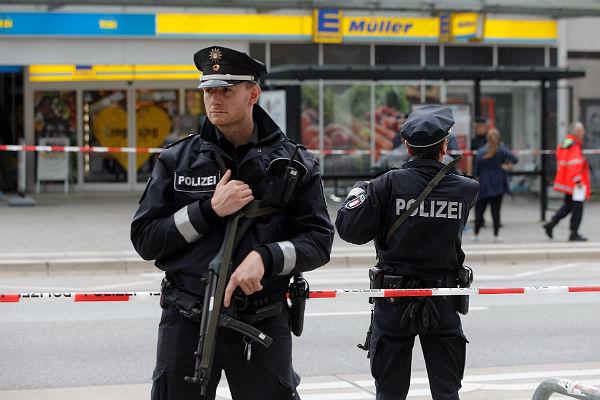 Мужчина напал сножом нагруппу людей вГамбурге