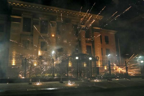 Неизвестные «обстреляли» фейерверками посольствоРФ вКиеве