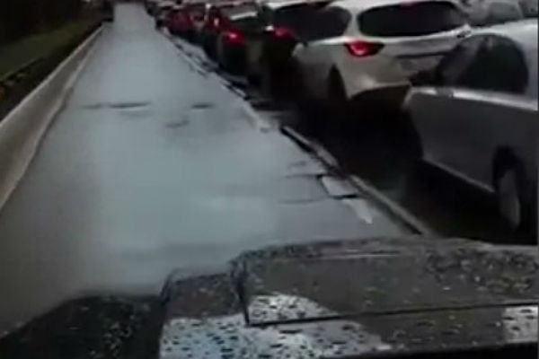 В столицеРФ ГИБДД проверяет видео сездой иномарки потротуару