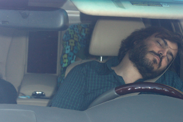 Форд  отыскал  способ недать заснуть шоферу  — Кепка свибратором