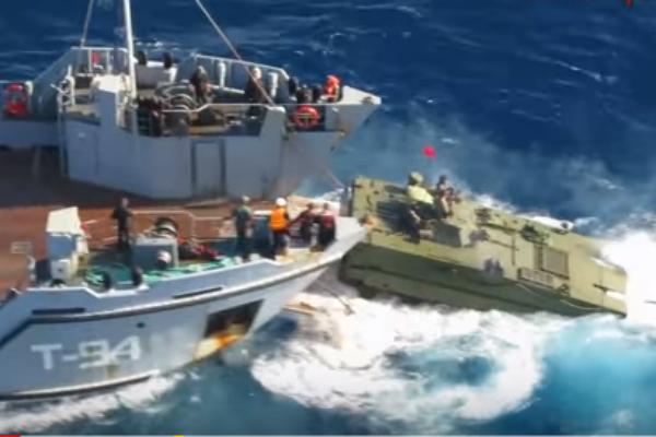 Китайские военные показали самый быстрый плавающий танк