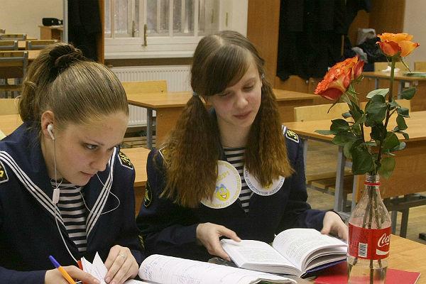 Кремль поручил губернаторам «креативно» поздравить женщин с8Марта