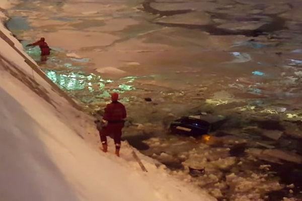 Работник ДПС извлек женщину-водителя изМосква-реки после ДТП