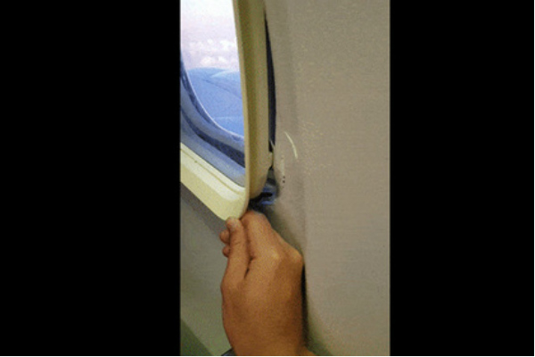 Пассажир продемонстрировал видео выпадающего изсамолета иллюминатора