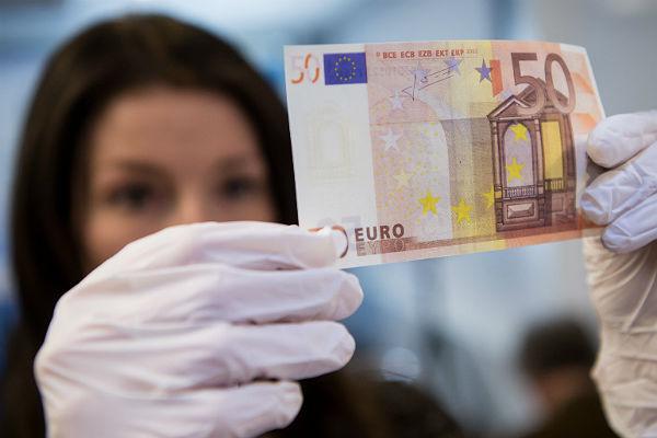 Евро на торгах Московской биржи опустился ниже 80 рублей