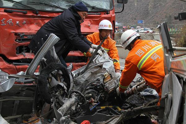 Грузовой автомобиль протаранил три автобуса в«Поднебесной»