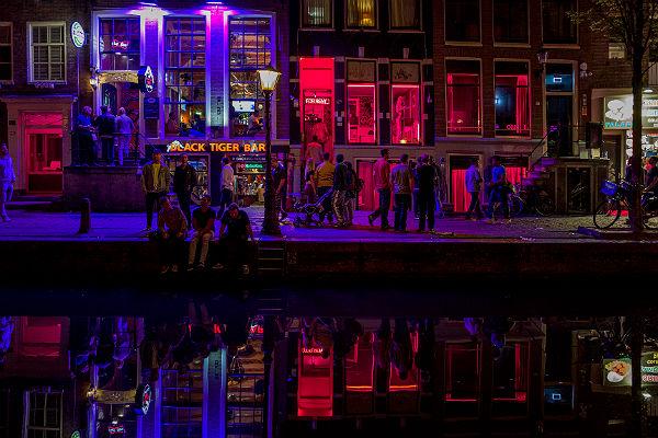 Почему туристам в Амстердаме запретили смотреть на