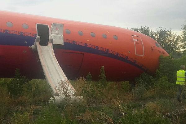 Пассажирский самолет выкатился запределы взлетно-посадочной полосы вУфе