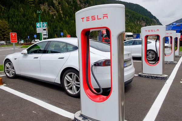 Две машины Tesla сгорели впроцессе подзарядки вКитайской республике
