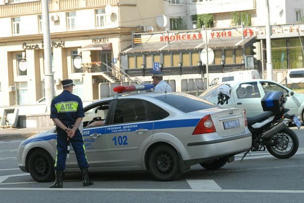 В Москве водитель попытался дать гаишнику взятку в 2 тысячи рублей