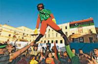 Ливийцы на митинге в Бенгази держат чучело Муамара Каддафи. Фото Reuters