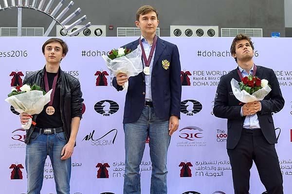 Шахматист Карлсен преждевременно покинул церемонию награжденияЧМ поблицу