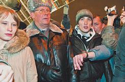 Начальник управления информации ГУВД Москвы полковник Виктор Бирюков идет к месту «столкновения кавказцев с националистами» практически под руку с Левоном Арзуманяном. Фото Ивана Афанасьева
