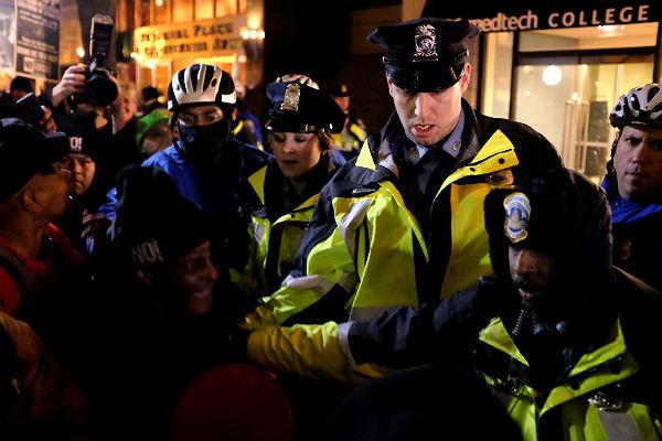 Милиция применила газ встолкновениях противников и приверженцев Трампа— Беспорядки вВашингтоне