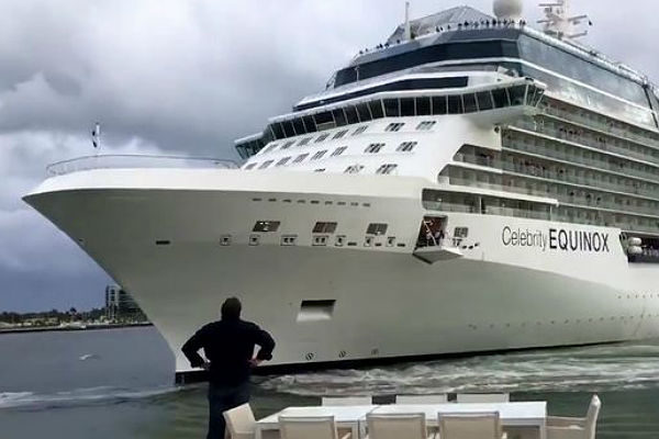 Семью американцев напугал лайнер, подплывший очень недалеко кихдому