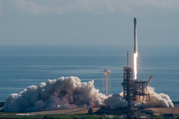 Первая ступень ракеты Falcon 9 успешно приземлилась