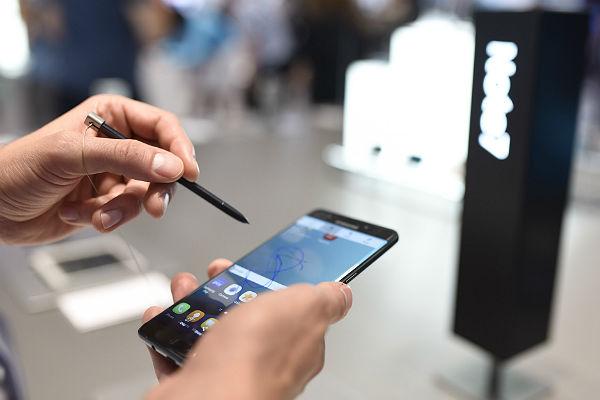 Самсунг Galaxy Note 7 из новоиспеченной партии вспыхнул вруках ребенка