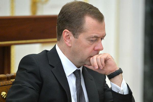 Медведев пояснил, почему в РФ нельзя поднять заработной платы ипенсии