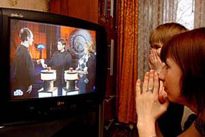 Люди перед ТВ-экраном