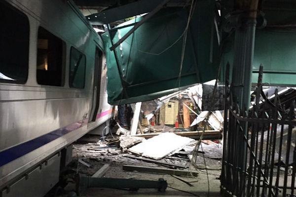 Неменее 100 человек пострадали при крушении поезда вНью-Джерси