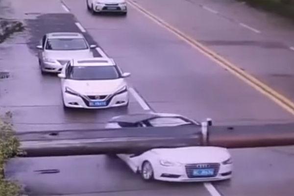 Падение крана наедущий автомобиль вКитайской народной республике попало навидео
