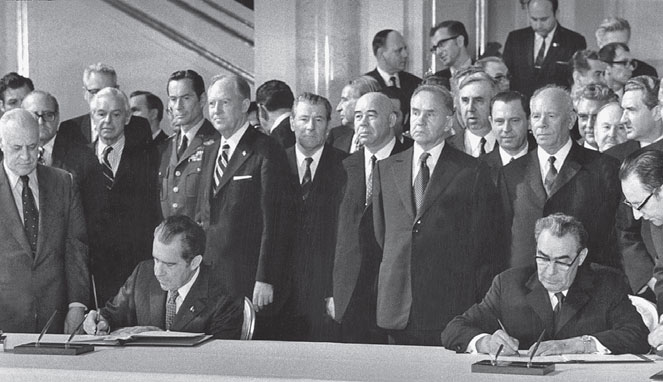 the role of nixon program of detente for the decline of world conflict From the aftermath of world war ii to the fall of the berlin a much greater role in the vietnam war his approach to the vietnam conflict.