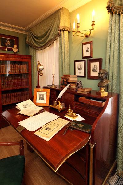 или картинки пушкин в кабинете солнца